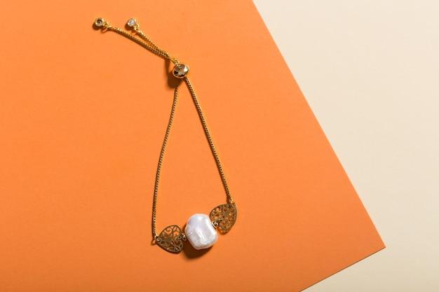 Dames sieraden. trendy sieraden op een gekleurde muur. plat lag, bovenaanzicht.