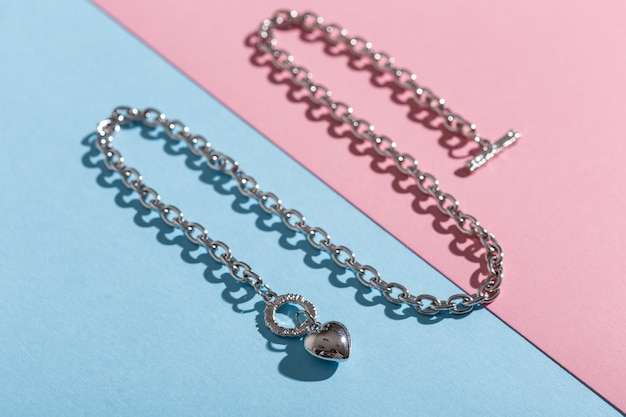 Dames sieraden. trendy sieraden op gekleurde achtergrond. plat lag, bovenaanzicht.
