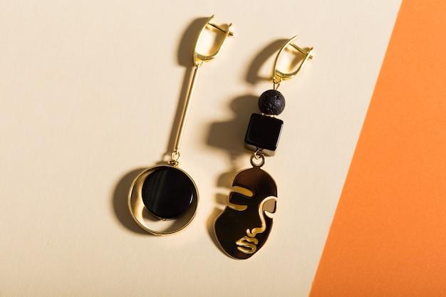 Dames sieraden. trendy sieraden op gekleurde muur. plat lag, bovenaanzicht.