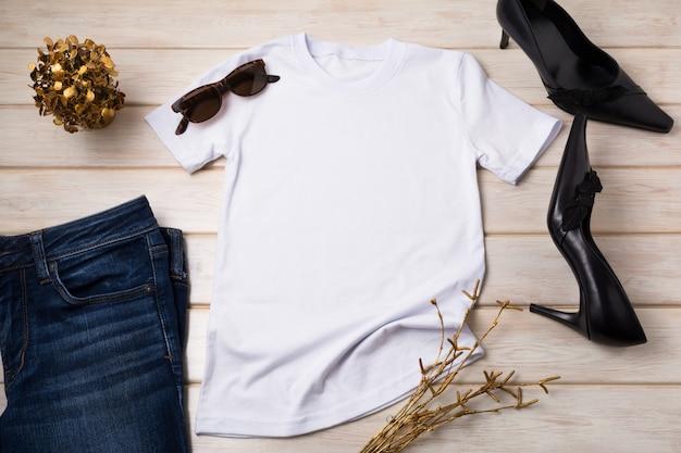 Dames t-shirt, jeans met zwarte hakken