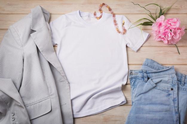 Dames t-shirt met jeans en gestreepte blazer