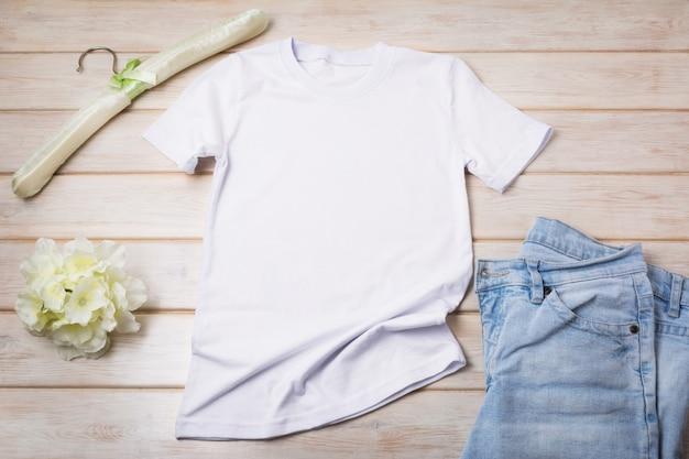 Dames t-shirt met zacht gevoerde hanger en jeans