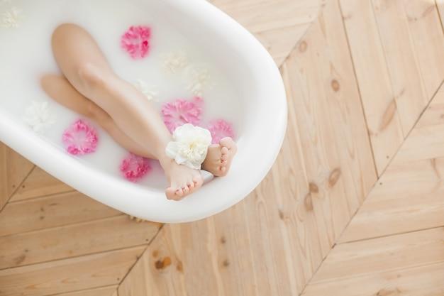 Dames voeten in het bad