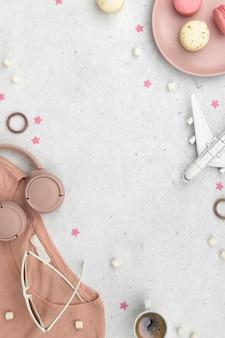 Dames zomer clothescosmetics en accessoires op grijze achtergrond