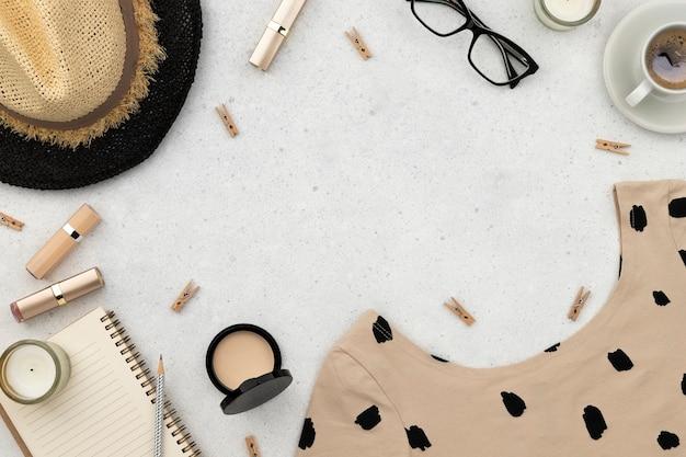 Dames zomerkleding cosmetica en accessoires op grijze achtergrond