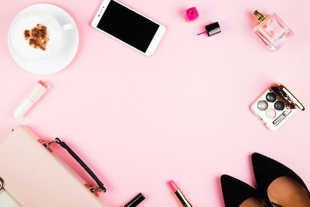 Damesaccessoires - schoenen, tas, cosmetica, parfum, telefoon, cappuccino op roze ruimte. vrouwelijke en modieuze ruimte. bovenaanzicht, kopieer ruimte