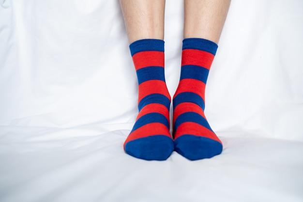 Damesbenen in sokken kleuren wisselen elkaar af
