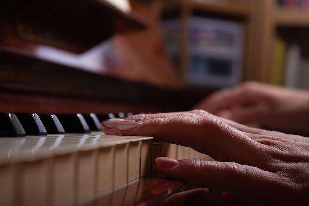 Dameshand op pianotoetsen stopt met spelen
