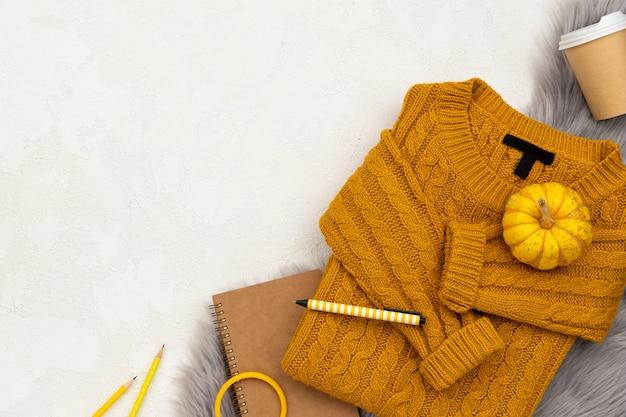 Dameskleding en accessoires op grijze achtergrond. mode herfst shopping verkoop