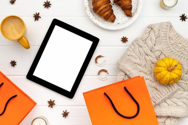Dameskleding en accessoires op witte houten achtergrond. mode herfst online shopping verkoop