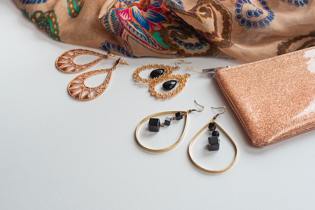Damesmode accessoires in oosterse stijl op een witte achtergrond blauwe sjaal sieraden handtas oorbellen