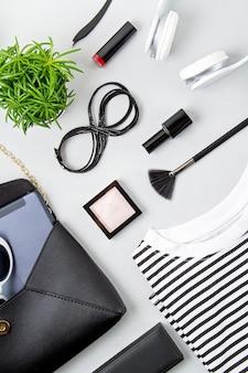 Damesmode accessoires, zonnebril, notitieblok, make-up en handtas