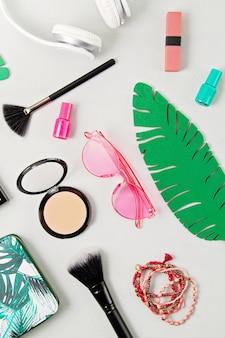 Damesmode accessoires, zonnebrillen, make-up en oortelefoons.