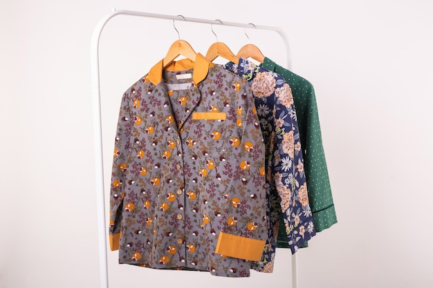 Damespyjama's op hangers in kledingwinkel