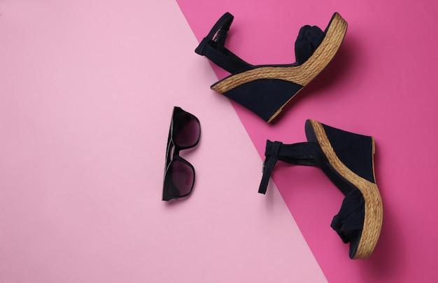 Damessandalen met platformzonnebril op pastel achtergrond damesschoenen en accessoires voor de zomer
