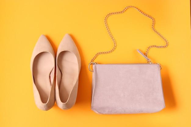 Damestas en cosmetica op een gekleurde achtergrond Premium Foto