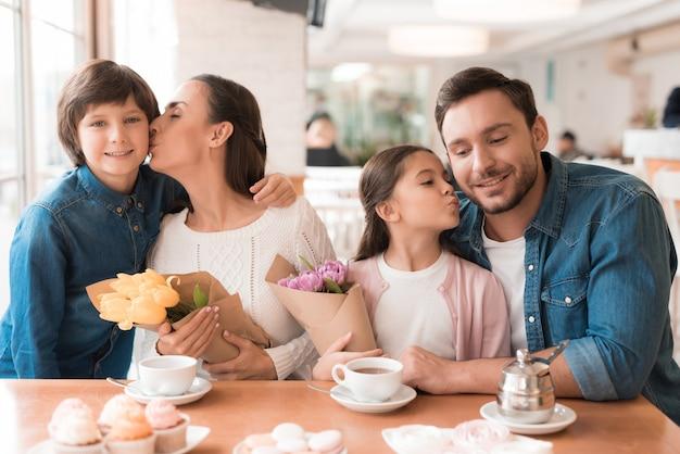 Damesvakantie in café gelukkige familie met bloemen.