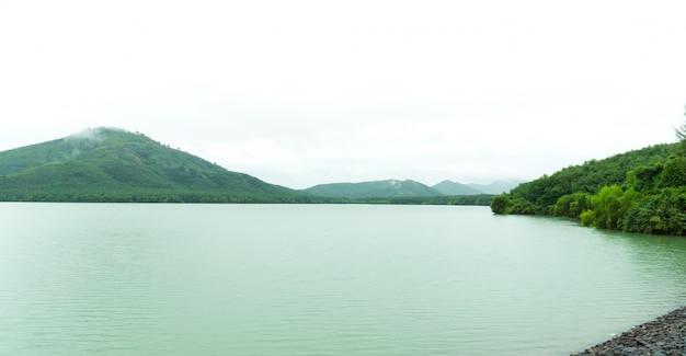 Dammen houden water vast voor gebruik tijdens het droge seizoen.