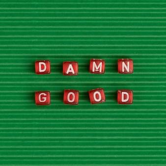 Damn goede kralen woord typografie op groen