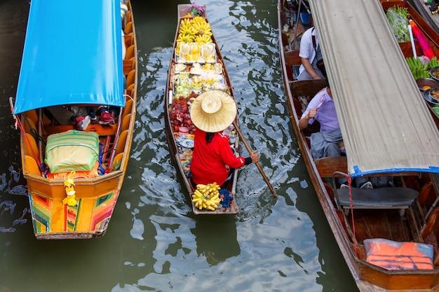 Damnoen saduak drijvende markt in ratchaburi in de buurt van bangkok