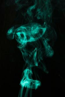 Dampen van groene rookkunst op zwarte achtergrond