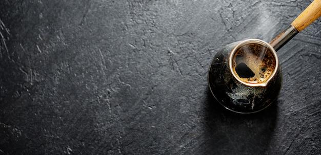 Dampende koffie in turk