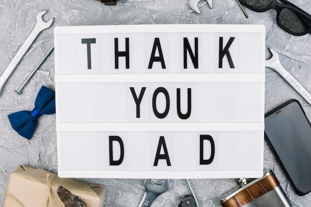 Dank je wel papa inscriptie op tablet tussen mannelijke accessoires