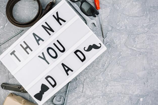 Dank u papa inscriptie op tablet in de buurt van mannelijke accessoires