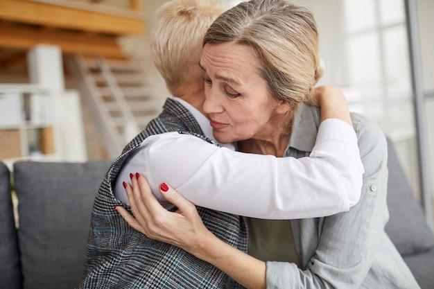 Dankbare patiënt omarmen vrouwelijke psycholoog