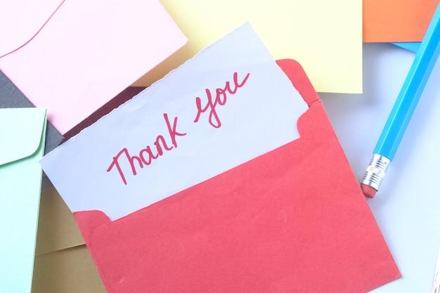 Dankbericht en envelop op houten tafel