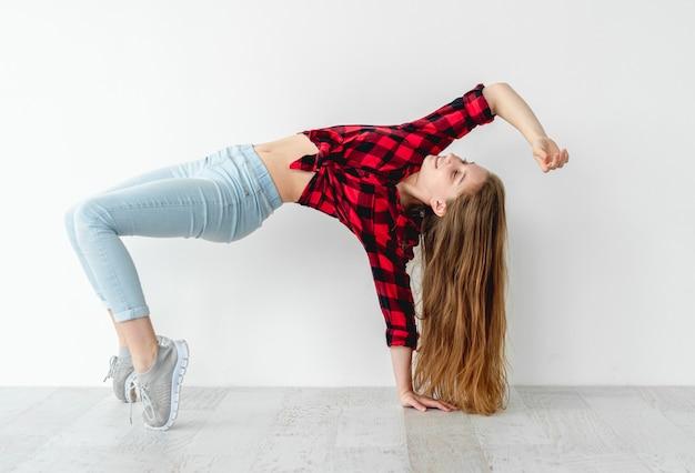 Dansbeweging uitgevoerd door een jong meisje