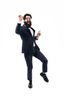 Dansende bebaarde zakenman die zijn succes viert