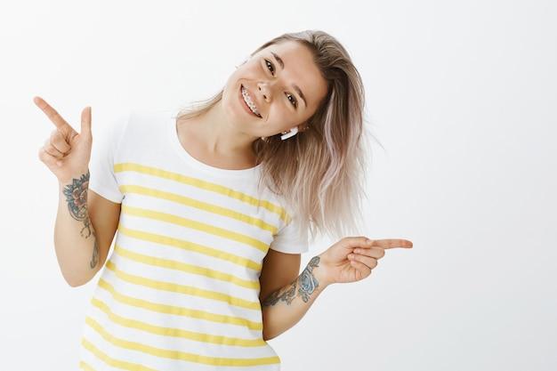Dansende blonde meisje poseren in de studio