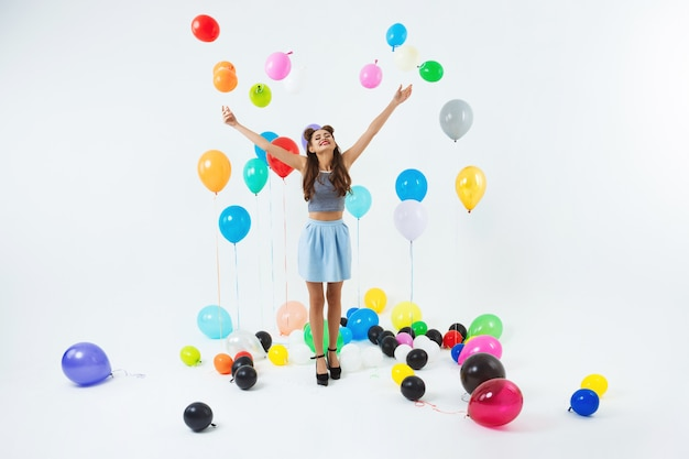 Dansende plek. stijlvolle jong meisje viert verjaardag dansen, plezier maken