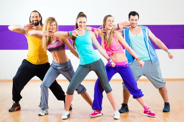 Danser bij zumba-fitnesstraining in dansstudio