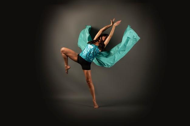 Danser die de figuur van een vlinder maakt