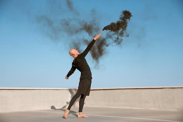 Danser die elegante uitvoerende kunst doet