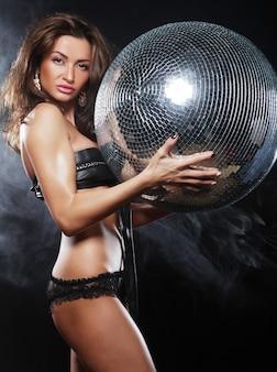 Danseres meisje in rook met discobal