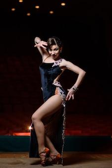 Danseres op het podium
