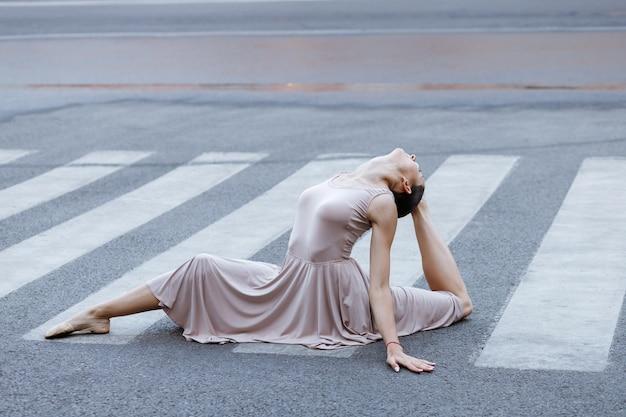 Danseres zit op touw