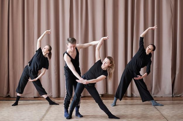 Dansers die aan bewegingen werken