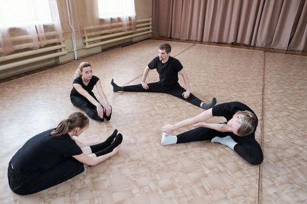 Dansers die opwarmen