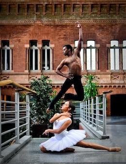 Dansers die samen een geweldige pose doen