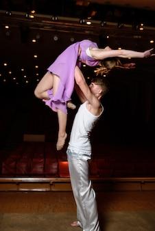 Dansers op het podium