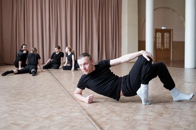 Dansers warming-up in studio