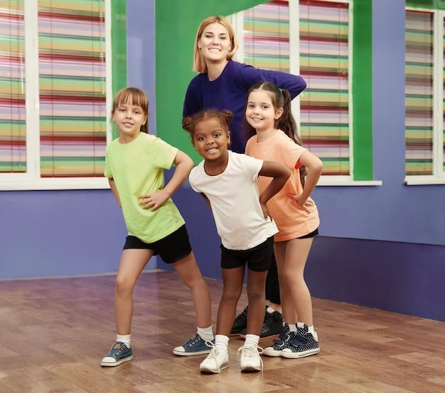 Dansleraar en kinderen in choreografieles