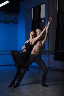 Danspaar het praktizeren in studio