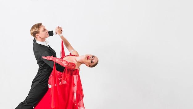Danspartners die op witte achtergrond walsen