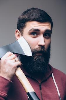 Dapper genoeg. brute houthakker. hout snijden. scherp mes. brutaliteit en mannelijkheid. bebaarde houthakker. houthakker stijl. man met bijl. bebaarde man houdt bijl geïsoleerd op wit. gevaar concept.