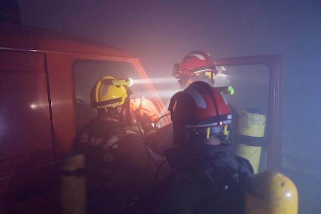 Dappere brandweerlieden die man vrijlaten uit brandende auto.